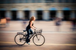 corre in bicicletta
