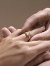 ricevere un anello, anello di fidanzamento, infilare anello al dito