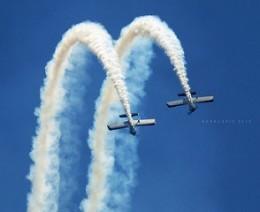 aerei acrobatici in volo nel cielo