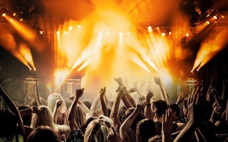 festa con molte persone che ballano e si divertono