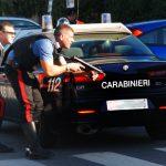 carabinieri armati e macchina dei carabinieri