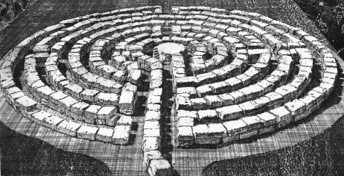 Sognare un labirinto di forma circolare, in pietra